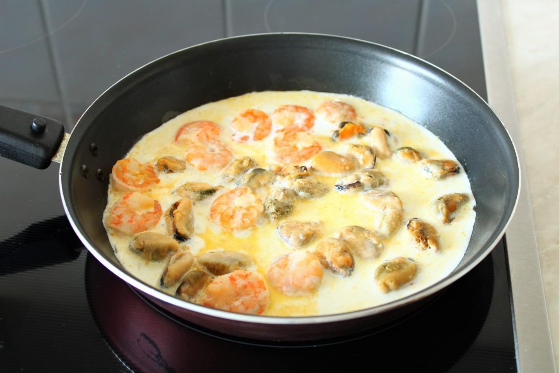 паста с морепродуктами в сковороде