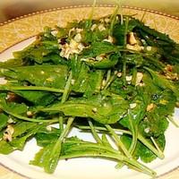 Салат из рукколы с горчицей и грецкими орехами