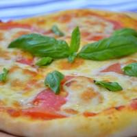 Классическая итальянская пицца Маргарита с моцареллой и помидорами