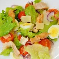 Салат с черри и перепелиными яйцами и курицей