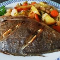 Дорада в духовке с картофелем и овощами