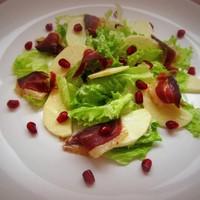Салат с яблоком и вяленой утиной грудкой
