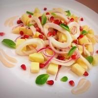Салат с кальмарами и яблоками под йогуртовым соусом