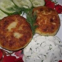 Котлеты из картофельного пюре сыра и укропа с грибами с соусом