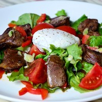 Теплый салат с куриной печенью и яйцом-пашот