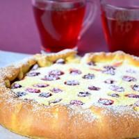 Пирог с вишней и творогом