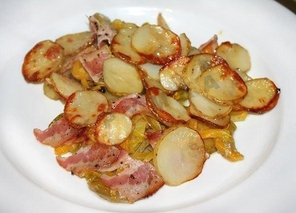 Молодой картофель запечённый с овощами и беконом