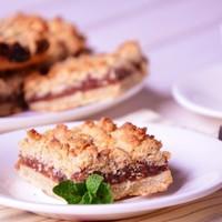 Песочный пирог с финиками и орехами