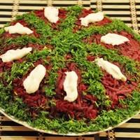 Салат из свеклы с чесноком и сыром Монгольская горка