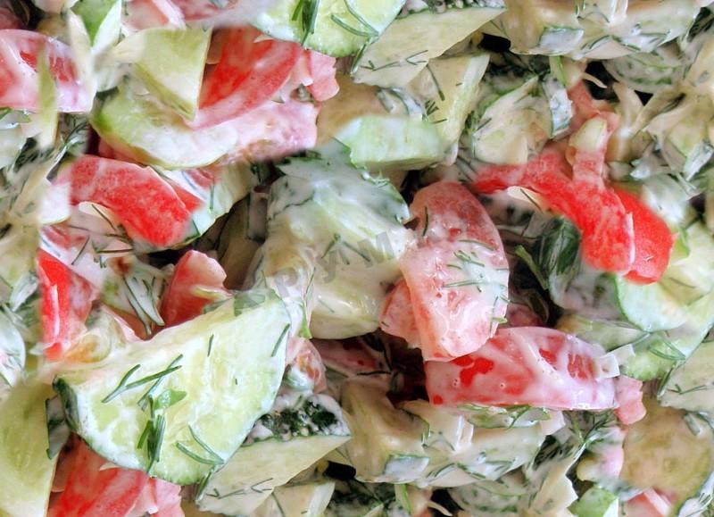 как приготовить салат из свежих огурцов и помидоров