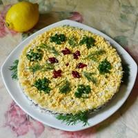 Салат с печенью трески слоеный с сыром и рисом