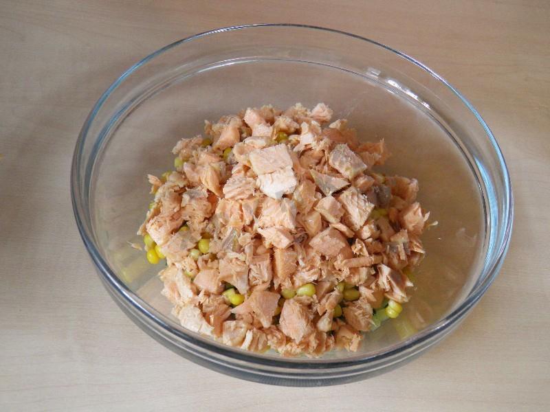 Салат из вареной красной рыбой
