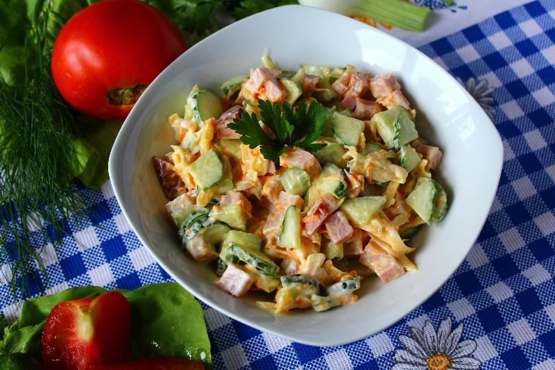 Салат с ветчиной морковью сыром