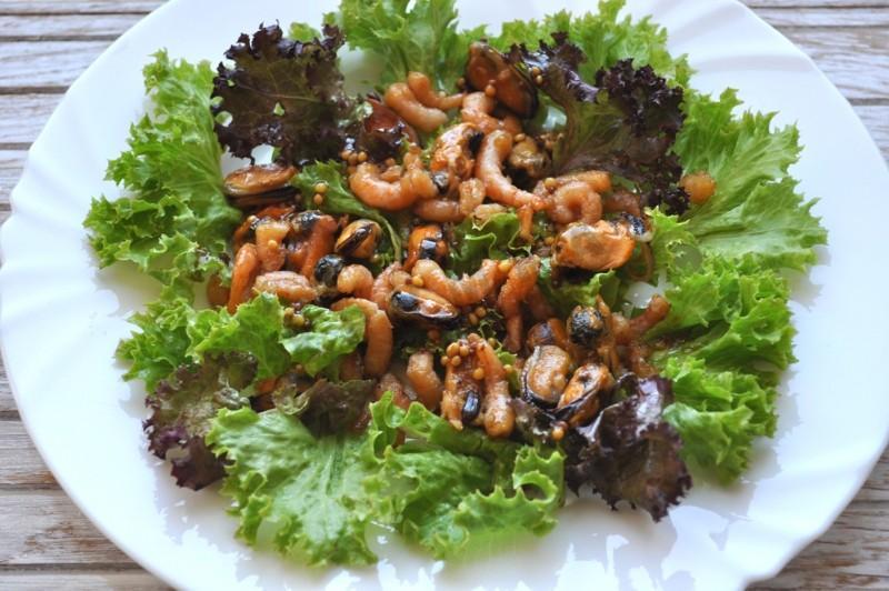 Салат с креветками мидиями и кальмарами рецепт