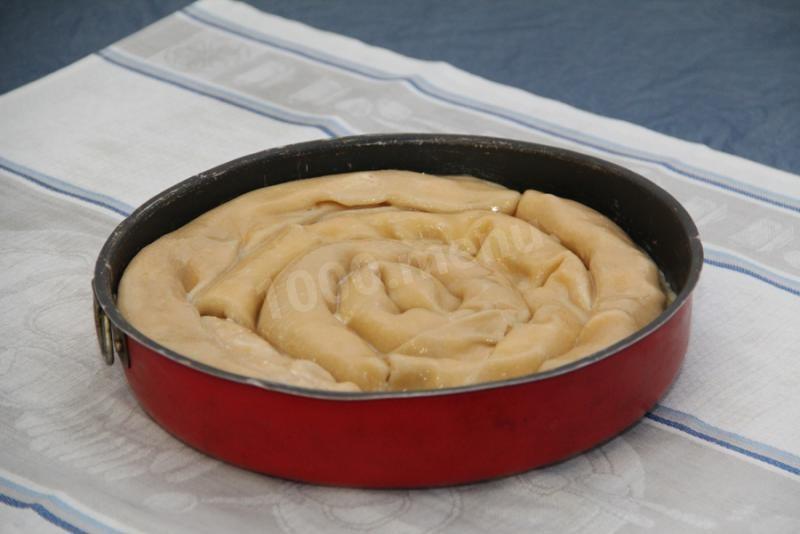 Сверху смазываем растопленным маслом. Вот так выглядит наш пирог в сыром виде.Ставим в духовку на 175-205 градусов на 35-55 мин.(У меня за 40 минут при температуре 200 градусов пирог был готов)