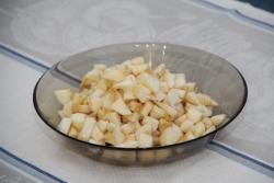 Очищаем яблоки от кожи, режем небольшими кубиками.