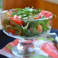 Салат с помидорами черри креветками и рукколой