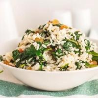 Рис со шпинатом и изюмом
