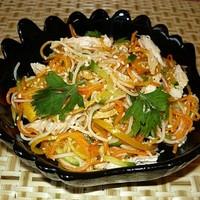 Салат из рисовой лапши с овощами и курицей
