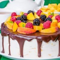 Торт с шоколадными подтеками и фруктами