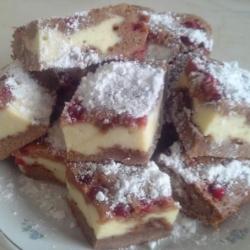 Шоколадно-творожный брауни-чизкейк с ягодами
