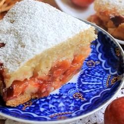 Пирог со сливами на кефире в мультиварке