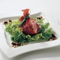 Прошутто, фаршированные свежим сыром моцарелла и помидорами