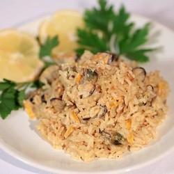 Коричневый бурый рис с мидиями в луковом соусе