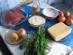 """Говядина, яйца, сыр, лук,майонез,соль,уксус, зелень(для украшения)- продукты для салата """"Мужские грезы с говядиной"""""""