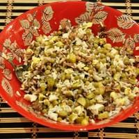 Рыбный салат из консервов с рисом и яйцом