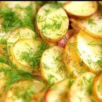 Картошка из кабачком равно беконом во духовке
