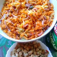 Салат с красной фасолью и копченой колбаской