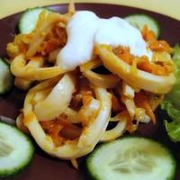 Салат с кальмарами и яйцом со сметаной
