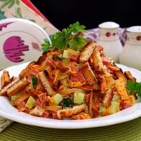 Салат с морковкой и колбасой и сухариками