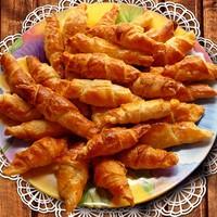 Слоеные трубочки с сыром