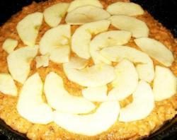Укладываем тесто в форму, поверхность разравниваем. Теперь очищаем яблоки для начинки, нарезаем их тонкими дольками, сбрызгиваем лимонным соком и красиво выкладываем на пирог. Ставим форму в духовой шкаф на три четверти часа при температуре 190-195 градусов. Вынимаем пирог и еще горячим обмазываем конфитюром. Даем остыть, после обсыпаем сахарной пудрой.