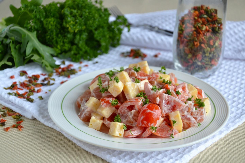 Салат красная шапочка с помидорами и курицей пошагово