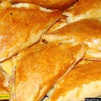 Пирожки из слоеного теста с луком и сыром