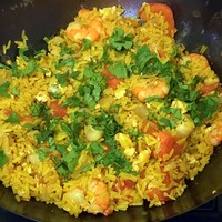 Жареный рис с морепродуктами по-тайски на сковороде вок