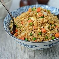 Жареный рис по тайски с яйцом и овощами