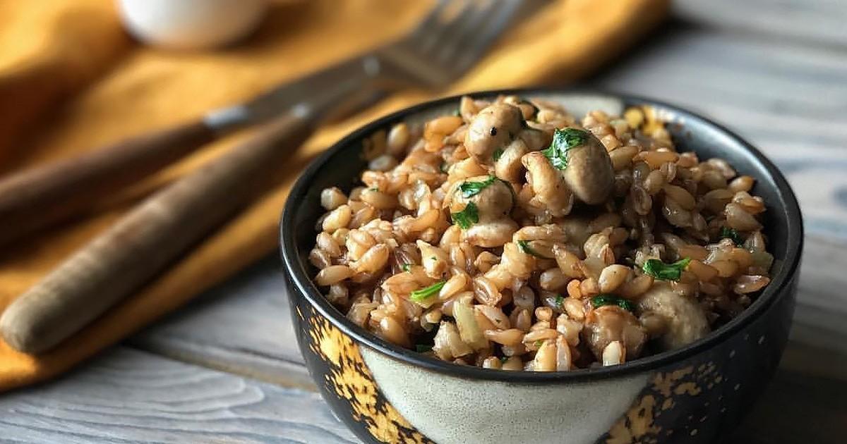 Готовить полбяную кашу можно по-разному: на воде, молоке, в мультиварке с добавлением мяса, морепродуктов, грибов, фруктов и ягод.
