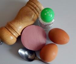 Глазунья с колбасой, сыром и зеленью - рецепт пошаговый с фото