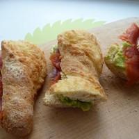 бутерброд с авокадо и красной рыбой праздничные