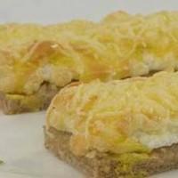 Горячие бутерброды с яйцом чесноком и сыром в духовке