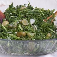 Необычный салат с маринованным виноградом и зеленым луком