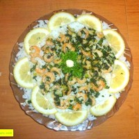 Салат с рисом, креветками и чесноком