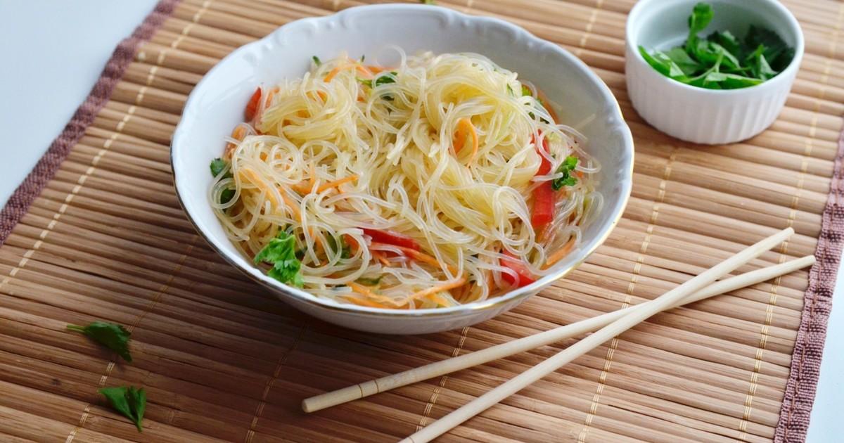 Салат с фунчозой и кунжутом