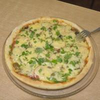 Итальянская тонкая пицца с ветчиной сыром и грибами