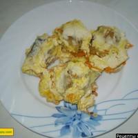 Тушеный минтай в сметане с луком и морковью