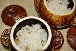На рыбу выкладываем отварной рис